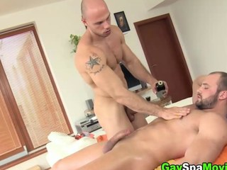 Turned bear amateur sucks off his masseur