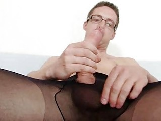 Solo uncaring Rick cums on his nylon tights